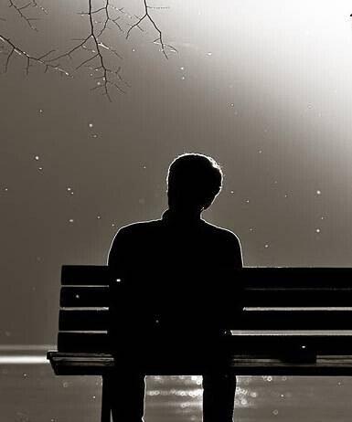 yalnız başına bankta oturan adam